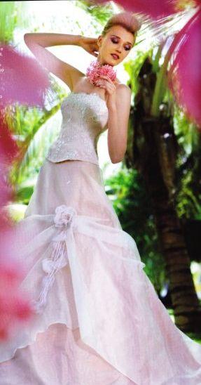 fe6151da86b18 delicatissimo e romantico con lunga coda fiori laterali e bustino ricamato