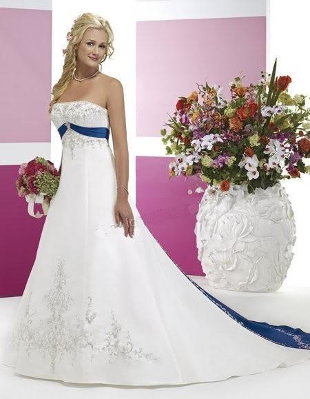 Abiti da sposa con inserti blu