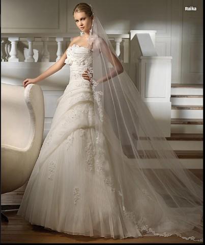 0f1e46fbf6671 modello raika disponiamo di veli lunghi 3 metri con ricami in pizzo come  nella foto e vari accessori sposa