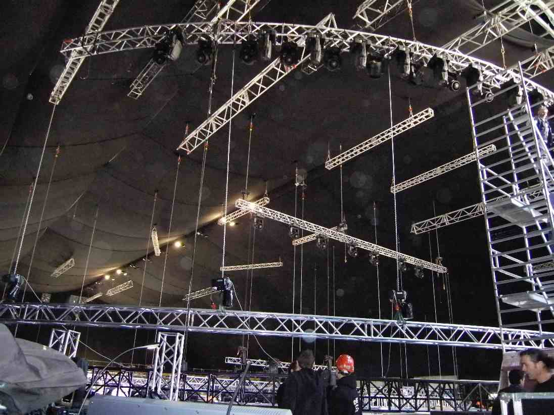 Tenda in costruzione per il Fiorello Show