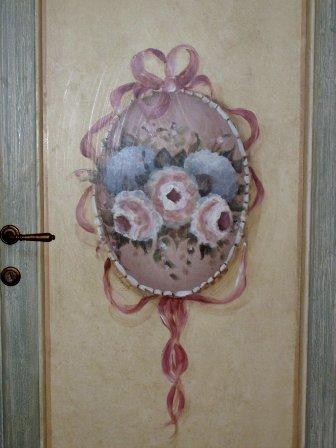 stemma  di rose su porta