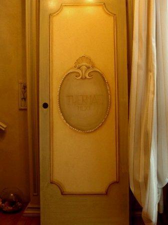 porta decorata con stemma