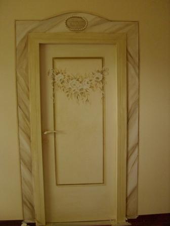 porta decorata e  riquadratura finta pietra