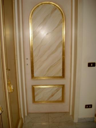 Porta con specchiatura finto marmo e foglia oro