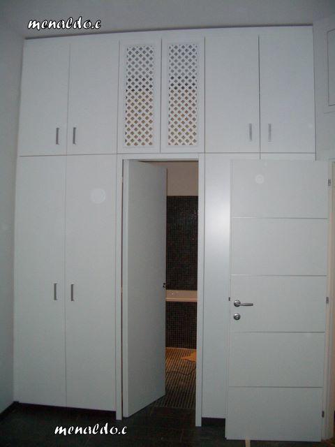 armadio laccato bianco a ponte con passaggio per il bagno