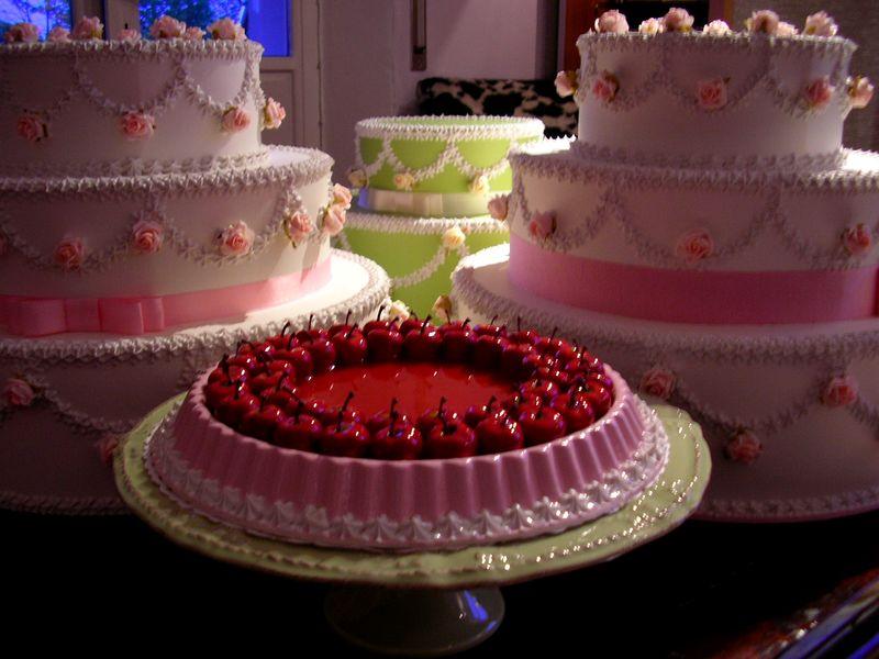 gruppo di torte matrimoniali con crostata alle ciliegie
