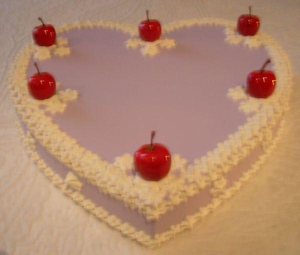cuore violetto con melette rosse