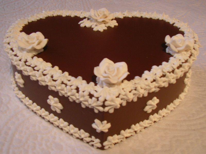 cuore cioccolato con fiorellini bianchi