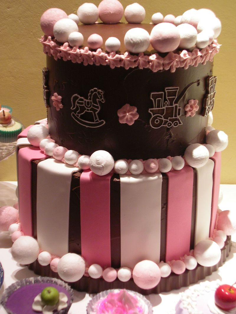 torta al cioccolato con decorazioni a biscotto