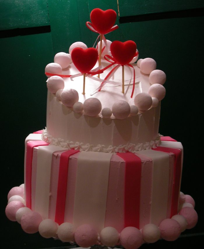 torta rosa a righe con cuori