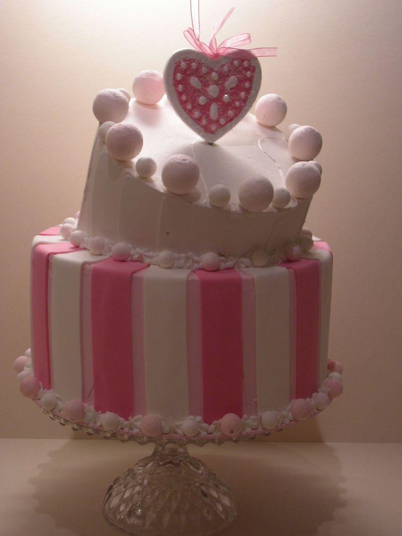 torta a righe rosa e bianche con cuore glitterato