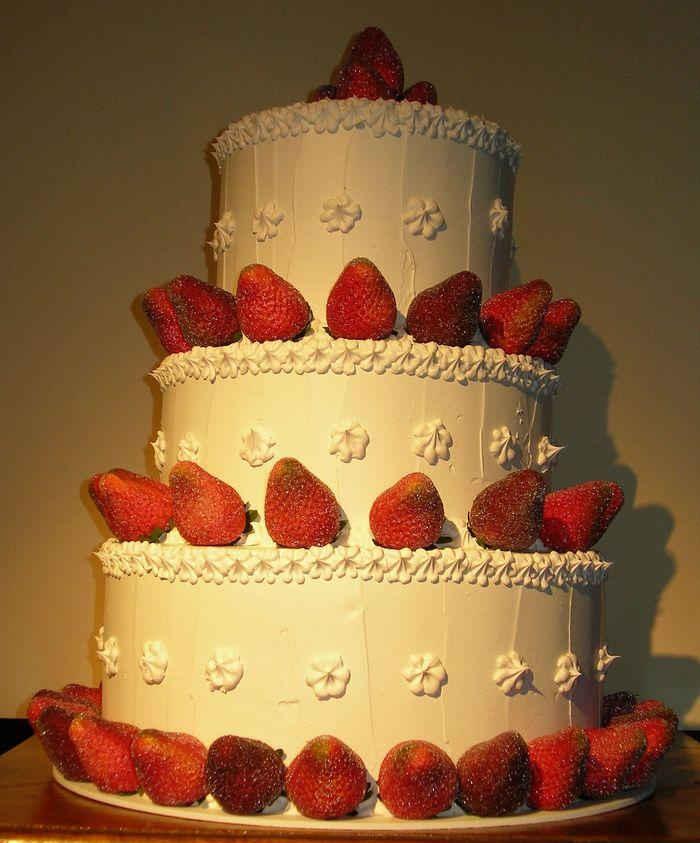 torta meringata spatolata tre piani con fragole zuccherate
