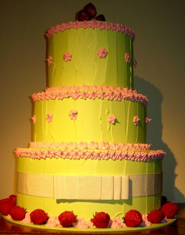 torta meringata spatolata verde  tre piani con fragole e fiocco sabbia