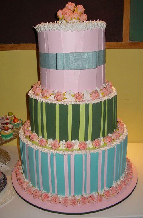 torta tre piani a righe rosa e verde con roselline