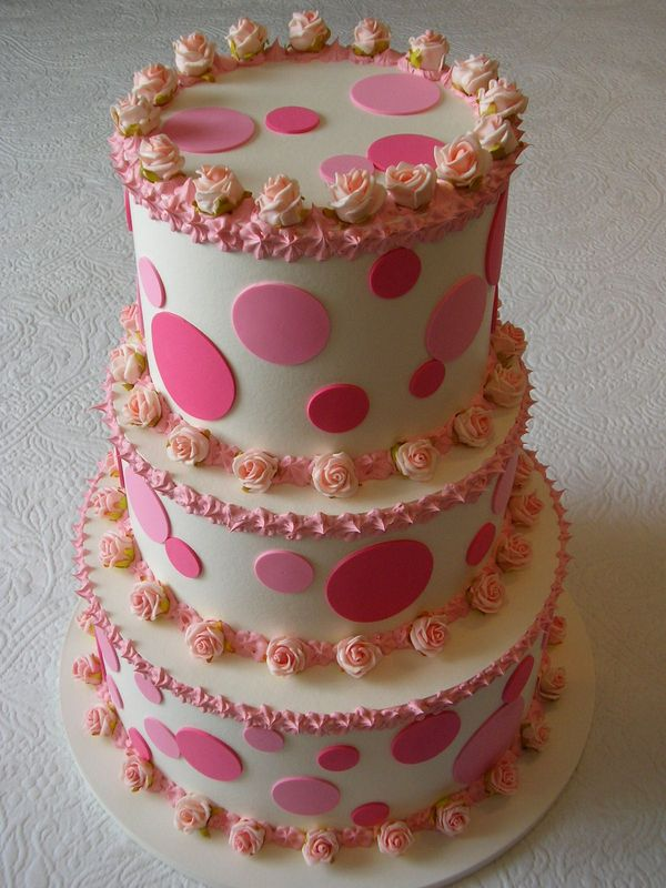 torta a tre piani con roselline e pois