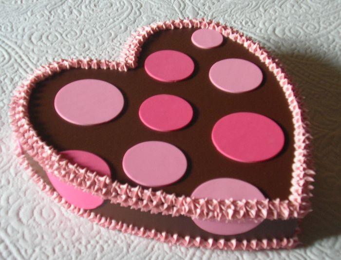 cuore al cioccolato con pois e panna rosa