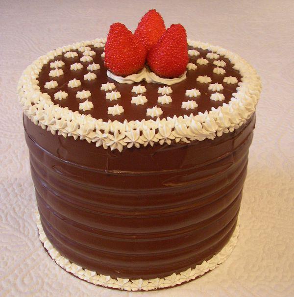 Torta al cioccolato spatolato con fragole e panna