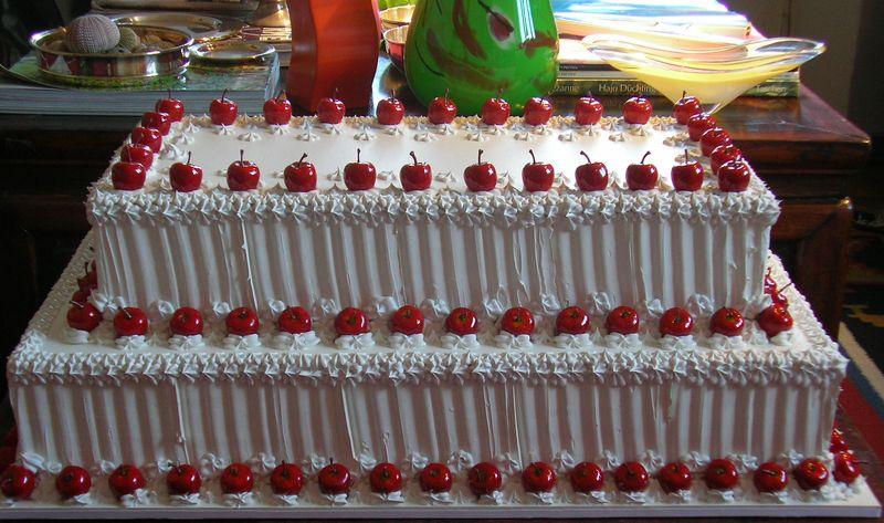 Meringata a due piani con melette rosse