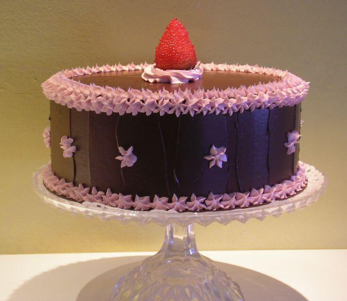 torta al cioccolato con panna rosa e fragola