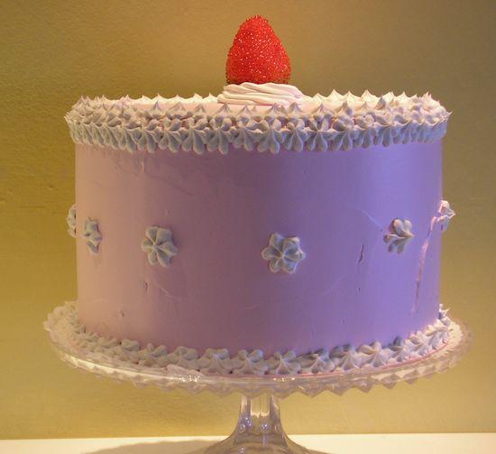 torta rosa con panna rosa e fragola