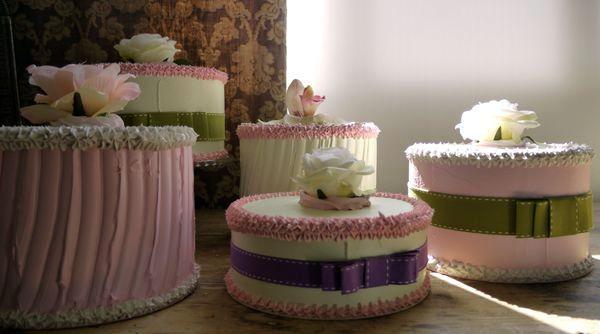 Torte basse con  rosa e nastro
