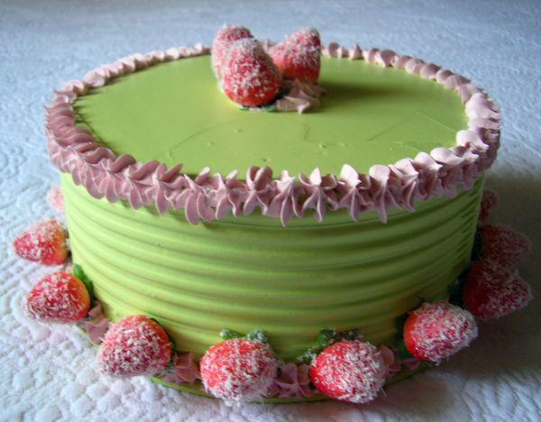 Torta diametro 20 cm. verde acido con fragole zuccherate
