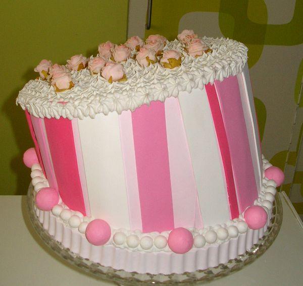 torta finta decorativa a righe rosa e roselline